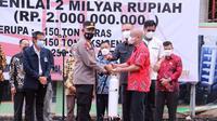 Kapolda Sumsel menerima bantuan dari masyarakat Tionghoa Palembang di Mapolda Sumsel (Liputan6.com / Nefri Inge)
