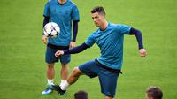 Gaya pemain Real Madrid, Cristiano Ronaldo saat melakukan kontrol bola pada sesi latihan di Allianz Arena, Munich, (24/4/2018). Real Madrid akan melawan tuan rumah Bayern Munchen pada semifinal Liga Champions. (AFP/dpa/Andreas Gebert/Germany OUT)