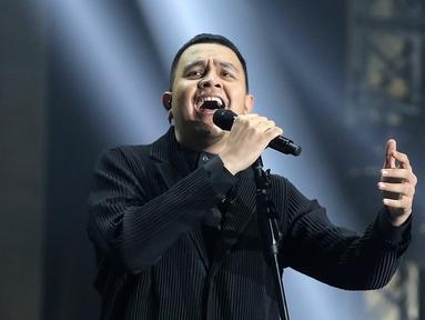 Penyanyi Muhammad Tulus Rusydi atau Tulus saat tampil dalam konser Monokrom di Istora Senayan, Jakarta, Rabu (6/2). Konser ini boleh dibilang sebagai konser pembuka awal tahun yang begitu apik. (Fimela.com/Bambang Eros)