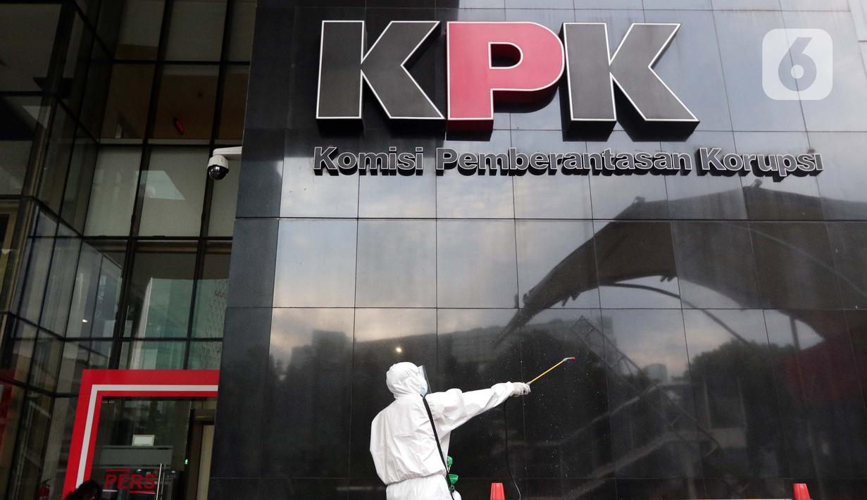 Petugas menyemprotkan cairan disinfektan di salah satu dinding Gedung Merah Putih KPK, Jakarta, Kamis (24/6/2021). Setelah 36 pegawainya terkonfirmasi positif Covid-19, KPK melakukan pembatasan kerja hingga Jumat (25/6) sebagai langkah tanggap pencegahan penyebaran. (Liputan6.com/Helmi Fithriansyah)