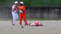 Pembalap cadangan Ducati, Michele Pirro, mengalami kecelakaan fatal pada sesi latihan bebas kedua (FP2) MotoGP Italia, di Sirkuit Mugello, Jumat (1/6/2018). (AFP/Tiziana Fabi)