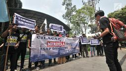 Aktivis Forum Masyarakat Winong Peduli Lingkungan (FMWPL) saat unjuk rasa di depan Kantor Kementerian LHK, Jakarta, Kamis (13/9). Aktivis menduga terjadi penimbunan dan pembuangan (dumping) yang dilakukan PLTU Cilacap. (Merdeka.com/Iqbal Nugroho)