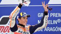 Ekspresi Marc Marquez di podium juara MotoGP Aragon 2019, di Motorland Aragon, Minggu (22/9/2019). (AFP/Javier Soriano)