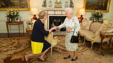 Ratu Elizabeth menyambut PM Inggris yang baru Theresa May di Istana Buckingham, London, (13/7). Theresa May menggantikan David Cameron yang mengundurkan diri setelah Inggris keluar dari Uni Eropa. (REUTERS/Dominic Lipinski/Pool)