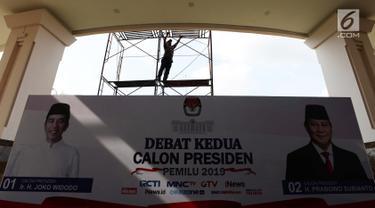 Aktivitas pekerja jelang debat Capres kedua di Hotel Sultan, Jakarta, Jumat (15/2). KPU mengusung materi debat kedua Capres 2019 mengangkat tema energi, pangan, infrastruktur, sumber daya alam, dan lingkungan hidup. (Merdeka.com/Imam Buhori)
