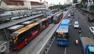 Suasana saat antrian Bus Trans-Jakarta bersiap untuk mengangkut penumpang di Halte Harmoni, Jakarta, Kamis (1/12). Menurut Budi, saat aksi massa terjadi, Transjakarta akan berupaya melakukan pengalihan jaringan. (Liputan6.com/Immanuel Antonius)