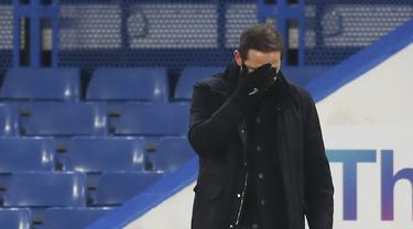 Pelatih Chelsea, Frank Lampard menutupi wajahnya selama pertandingan melawan Aston Villa pada lanjutan Liga Inggris di Stamford Bridge, London, Selasa (29/12/2020). Chelsea dipaksa bermain imbang atas Aston Villa 1-1. (Catherine Ivill/Pool via AP)