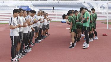 Para pemain Timnas Indonesia U-22 bersama pelatih dan official doa bersama saat latihan di Stadion Rizal Memorial, Manila, Senin (25/11/2019). Latihan ini persiapan jelang laga SEA Games 2019 melawan Thailand. (Bola.com/M Iqbal Ichsan)