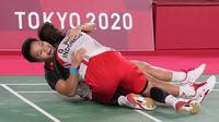 Greysia Polii/Apriyani Rahayu dari Indonesia melakukan selebrasi usai mengalahkan pasangan China Chen Qing Chen/Jia Yi Fan dalam perebutan medali emas ganda putri pada Olimpiade Musim Panas 2020, Senin, 2 Agustus 2021, di Tokyo, Jepang. (AP Photo/Dita Alangkara)