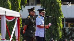 Jenderal TNI Gatot Nurmantyo dan Marsekal TNI Hadi Tjahjanto dalam upacara serah terima jabatan Panglima TNI di Mabes TNI Cilangkap, Sabtu (9/12). Hadi Tjahjanto menggantikan Gatot Nurmantyo yang akan memasuki masa pensiun. (Liputan6.com/Faizal Fanani)