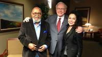Warren Buffett melelang kesempatan makan siang bersamanya guna menggalang dana bagi yayasan amal. (Sumber laman Facebook milik Cecil Williams via Huffington Post)