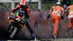 Pembalap Aprilia Racing, Aleix Espargaro, keluar jalur balap saat mengikuti latihan bebas MotoGP Catalunya di Circuit de Barcelona-Catalunya, Jumat (25/9/2020). Pembalab Yamaha, Morbidelli, finish pertama dengan catatan waktu satu menit 39,789 detik. (AFP/Lluis Gene)