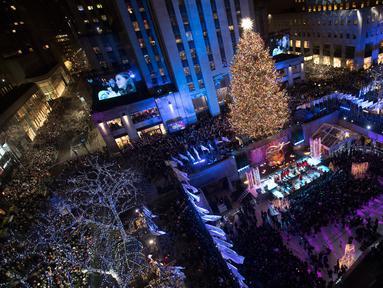 Pohon Natal Rockefeller Center dinyalakan saat upacara tahunan ke-86 di New York, Amerika Serikat, Rabu (28/11). Pohon Natal Rockefeller Center dihias dengan 50.000 lampu.  (AP Photo/Mary Altaffer)