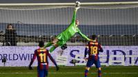 Kiper Barcelona, Marc-Andre ter Stegen, menepis bola saat melawan Real Sociedad pada laga semifinal Piala Super Spanyol di Stadion Nuevo Arcangel, Rabu (13/1/2021). Barcelona menang adu penalti dengan skor 3-2. (AP/Jose Breton)