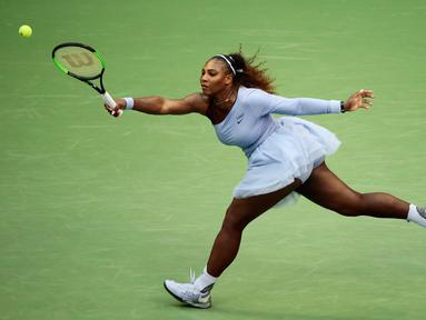 Serena Williams mengembalikan tembakan Kaia Kanepi selama putaran keempat turnamen tenis AS Terbuka di New York, Amerika Serikat, Minggu (2/9). Serena tampil dengan kostum bak penari balet saat bertanding di AS Terbuka. (AP Photo/Andres Kudacki)