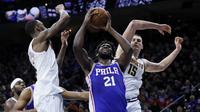 Joel Embiid saat membawa Sixers mengalahkan Nuggets di laga NBA (AP)