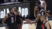 Pemain Los Angeles Clippers (kiri) merayakan kemenangan atas Phoenix Suns dalam lanjutan NBA. (HARRY HOW / AFP)