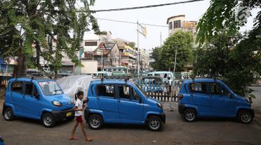 Angkutan umum Qute terpakir di kawasan Kota, Jakarta, Senin (24/7). Sebanyak 17 unit Angkutan Pengganti Bemo (APB) tersebut mampu mengangkut tiga penumpang dan mulai diuji coba untuk mengetahui kelayakan armada. (Liputan6.com/Immanuel Antonius)