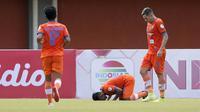 Gelandang Persiraja Banda Aceh, Assanur Rijal bersujud usai mencetak gol ketiga timnya ke gawang Persita Tangerang dalam laga Grup D Piala Menpora 2021 di Stadion Maguwoharjo, Sleman, Rabu (24/3/2021). Persiraja menang 3-1 atas Persita. (Bola.com/Arief Bagus)