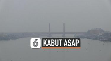 Hujan yang sempat turun di Palembang tidak mengurangi tebalnya kabut asap. Hingga pagi ini langit Palembang masih diselimuti asap yang membuat warga alami gangguan napas dan penglihatan.