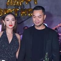 Zaskia Gotik romantis di acara ulang tahun kekasihnya, Sirajuddin. (Sumber: Instagram/@zaskia_gotix)