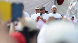 Politikus senior, Amien Rais menghadiri kegiatan jalan sehat di kawasan Jakarta Pusat, Sabtu (2/2).  Acara yang digelar oleh relawan Roemah Djoeang Prabowo-Sandiaga ini mengambil rute dari Irti Monas menuju Lapangan Banteng (Liputan6.com/Herman Zakharia)