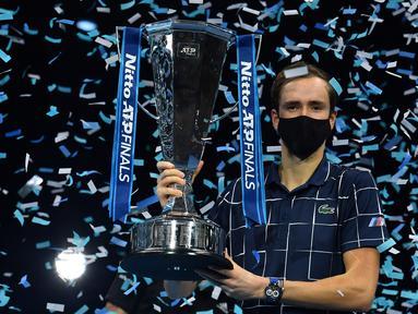 Petenis Rusia, Daniil Medvedev, berfoto dengan trofi juara tunggal putra Turnamen Tenis ATP Finals 2020 usai mengalahkan runner-up tahun lalu, Dominic Thiem dari Austria, di O2 Arena, London, Inggris, Minggu (22/11/2020). Daniil Medvedev menang dengan skor 4-6, 7-6 (2), 6-4. (AFP/Glyn Kirk)