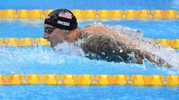 Caeleb Dressel berhasil menyabet medali emas sekaligus mencatatkan rekor baru di nomor 100 meter renang gaya kupu-kupu putra. Perenang Amerika Serikat tersebut berhasil mencatat waktu 47,02 detik pada Kamis (29/07/2021) lalu yang berlangsung di Tokyo Aquatics Centre. (Foto: AFP/Jonathan Nackstrand)