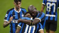 Striker Inter Milan Lautaro Martinez berselebrasi bersama rekannya usai mencetak gol ke gawang Sampdoria dalam lanjutan Liga Italia di Giuseppe Meazza, Senin (22/6/2020) dini hari WIB.(AP Photo/Antonio Calanni)