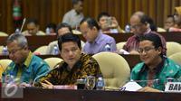 Ketua KPU Husni Kamil Manik (tengah) saat mengikuti rapat dengar pendapat dengan Komisi II DPR di Jakarta, Kamis (20/8/2015). (Liputan6.com/Faisal R Syam)