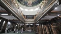 Jemaah menunaikan salat di Masjid Agung Al-Barkah, Bekasi, Jawa Barat, Rabu (15/5/2019). Masjid ini dilengkapi kubah masjid berdiameter 18 meter dan di bawahnya bertuliskan 99 nama Allah (Asmu'ul Husna). (merdeka.com/Iqbal Nugroho)
