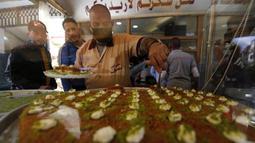 Orang-orang membeli penganan manis saat Ramadan di tengah pandemi COVID-19 di Beirut, Lebanon pada Minggu (26/4/2020). Makanan manis dan minuman segar biasanya yang jadi buruan utama untuk berbuka puasa saat bulan suci Ramadan. (Xinhua/Bilal Jawich)