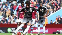 Penyerang Chelsea, Alexandre Pato, mengeksekusi penalti ke gawang Aston Villa. (EPA/Peter Powell)