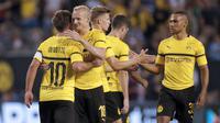 Para pemain Borussia Dortmund merayakan gol Mario Gotze (kiri) saat melawan Manchester City pada laga International Champions Cup 2018 di Soldier Field, Chicago, (20/7/2018), waktu setempat. Drtmund menang 1-0. (AFP/Jim Young)