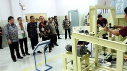 Presiden Jokowi mendengarkan penjelasan Presdir Astra Otoparts Hamdhani Dzulkarnaen usai meluncurkan vokasi tahap III yang link and match antar SMK di Jawa Barat dengan industri, di Cikarang Pusat, Bekasi, Jumat (28/7). (Liputan6.com/Angga Yunani)