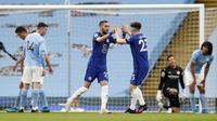 Gelandang Chelsea, Hakim Ziyech (tengah kiri) merayakan gol bersama Billy Gilmour pada laga kontra Manchester City di Stadion Etihad, Sabtu (8/5/2021). (AFP/Martin Rickets)