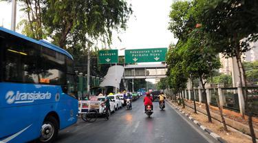 Suasana depan Stasiun Palmerah Selasa (1/10/2019) pagi yang menjadi salah satu lokasi demo anarkistis, Senin 30 September 2019. (Liputan6.com/Delvira Hutabarat)