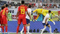 Kiper timnas Inggris, Jordan Pickford gagal menyelamatkan gawangnya dari tendangan pemain Belgia pada laga terakhir Grup G Piala Dunia 2018 di Stadion Kaliningrad, Kamis (28/6). Belgia lolos ke babak 16 besar sebagai juara Grup G. (AP/Petr David Josek)