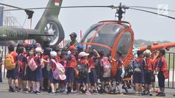 Sejumlah siswa melihat sebuah helikopter milik TNI AD ada pameran alat utama sistem persenjataan (Alutsista) di Lanumad  Ahmad Yani Semarang, Jumat (5/10). Pameran alutsista tersebut dalam rangka memeriahkan HUT Ke-73 TNI. (Liputan6.com/Gholib)