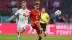 Wales langsung menekan Denmark di awal laga. Pada menit ke-5 tandukan dari bek Chris Mepham setelah menerima umpan dari Daniel James masih bisa dihadang Simon Kjaer. (Foto: AP/Pool/Peter Dejong)