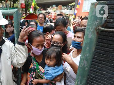 Warga berdesakan untuk mendapatkan daging kurban di Kelurahan Menteng, Jakarta Pusat, Sabtu (1/8/2020). Pembagian daging kurban tersebut berjalan lancar meskipun sebagian warga mengabaikan protokol Kesehatan. (Liputan6.com/Angga Yuniar)