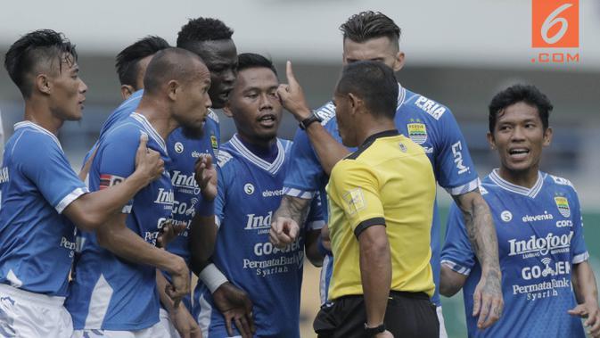 Para pemain Persib Bandung melakukan protes kepada wasit saat pertandingan melawan Arema FC pada laga persahabatan di Stadion GBLA, Bandung, Minggu (18/3/2018). Persib menang 2-1 atas Arema FC. (Bola.com/M Iqbal Ichsan)#source%3Dgooglier%2Ecom#https%3A%2F%2Fgooglier%2Ecom%2Fpage%2F%2F10000