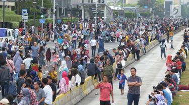 Warga berjalan kaki menuju panggung Jakarta Night Festival di Bundaran HI, Jakarta, Sabtu (22/6/2019). Warga mulai berdatangan untuk menghadiri malam puncak HUT ke-492 Jakarta. (merdeka.com/Imam Buhori)