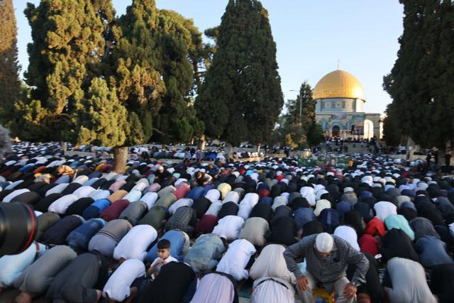 Potret Warga Palestina Sholat Idul Fitri di Tengah Ketegangan dengan Israel