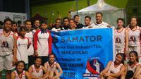 Pemain Merah Putih Samator berfoto bersama karyawan perusahaan Samator Grup yang datang menyaksikan Srikandi Cup 2017, Rabu (29/11/2017). (Bola.com/Andhika Putra)
