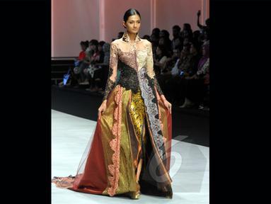 Seorang model memeragakan kebaya modern rancangan Fransisca Darmawan di Indonesia Fashion Week 2015 di JCC, Minggu (1/3/2015). Fransisca Darmawan berhasil mengemas busana tradisinal menjadi kebaya modern (Liputan6.com/Panji Diksana)
