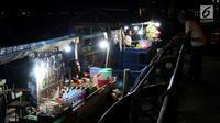 Penjual menjajakan dagangannya di atas perahu di Alun-Alun Sungai Kapuas, Pontianak, Kalimantan Barat, Kamis (12/4). Pemerintah Kota Pontianak melarang para pedagang tersebut berjualan di darat. (Liputan6.com/Johan Tallo)
