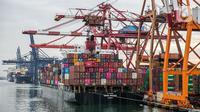 Suasana aktivitas bongkar muat peti kemas di Pelabuhan Tanjung Priok, Jakarta Utara, Kamis (21/1/2021). Bank Indonesia (BI) kembali mempertahankan tingkat suku bunga acuan atau BI 7-day Reverse Repo Rate sebesar 3,75 persen. (Liputan6.com/Faizal Fanani)