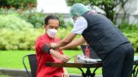 Presiden Joko Widodo atau Jokowi menjalani penapisan kesehatan saat mengikuti vaksinasi COVID-19 di Istana Kepresidenan, Jakarta, Rabu (27/1/2021). Suntikkan pertama untuk mengenalkan vaksin dan kandungan di dalamnya kepada sistem kekebalan tubuh. (Lukas/Biro Pers Sekretariat Presiden)