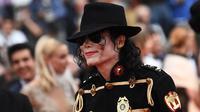 Pria berpenampilan Michael Jackson berpose di karpet merah pemutaran film Solo: A Star Wars Story pada Festival Film Cannes, Selasa (15/5). Kehadiran pria mirip mendiang raja musik pop dunia tersebut mengundang perhatian. (AFP/Anne-Christine POUJOULAT)